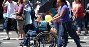 Madre de familia lleva a su hijo en silla de ruedas Foto: La Nación
