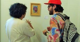 Foto: Visitantes comentando la obra de Feng | Kiosco Informativo